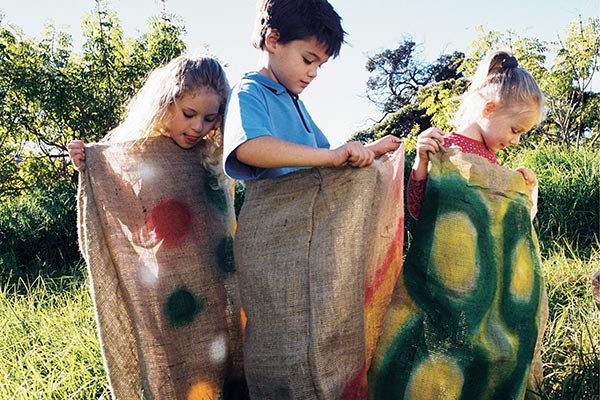 bambini saltano con i sacchi