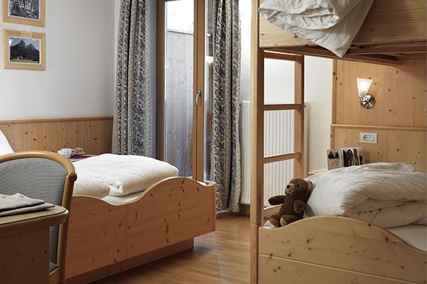 camera in legno con balcone hotel