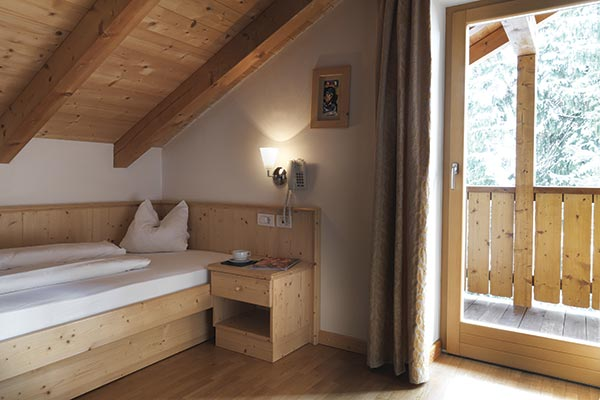 camera mansardata in legno con balcone hotel villamadonna