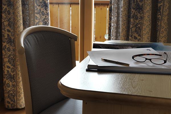 scrivania camera con balcone hotel villamadonna