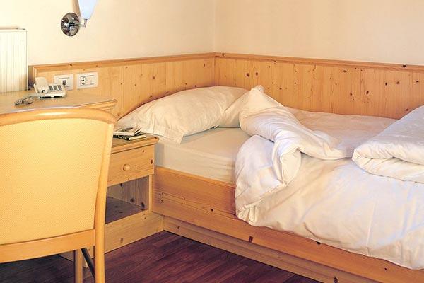 letto e scrivania camera senza balcone hotel villamadonna