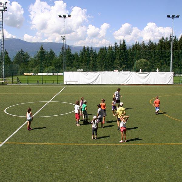bambini giocano campo da calcetto dell'hotel villamadonna