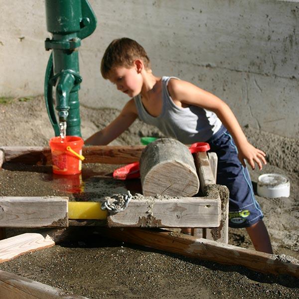 bambino lavora con il legno