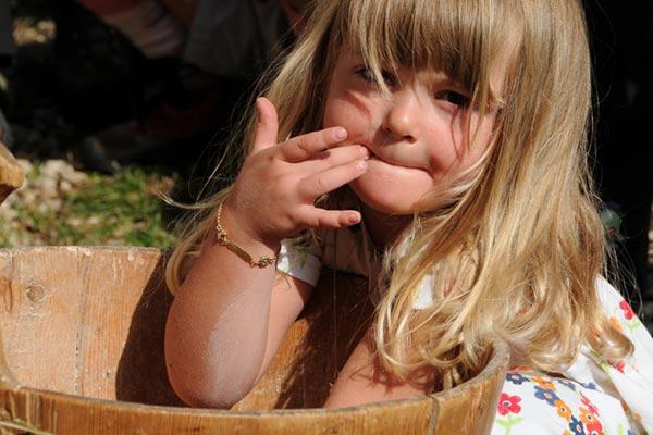 bambina con mani tinozza legno