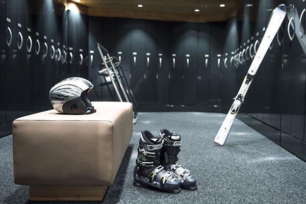 attrezzatura sci: sci, scarponi, casco