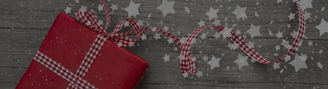 regalo con fiocco bianco e rosso